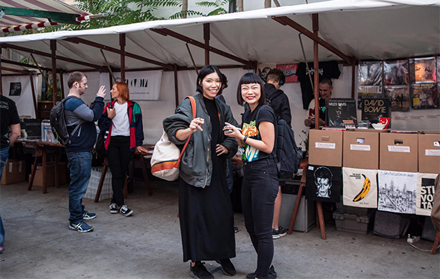 lady-record-collectors-enjoy-crate-diggers-berlin-2016-with-discogs
