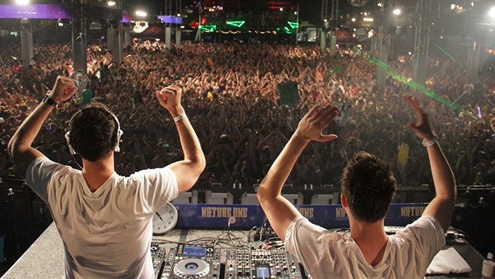 The Pros and Cons of Playing in a DJ Duo